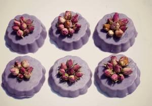 Tortina alla Rosa damascena , con Bocci, colorata. Peso 100gr. Euro 6.00